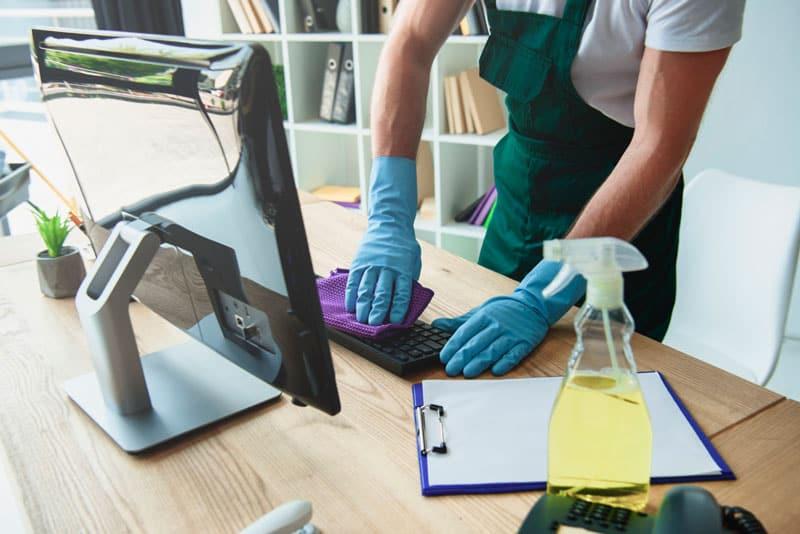 limpieza de los ordenadores de la oficina